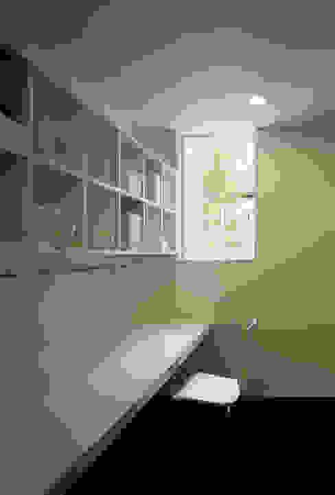 事務室: 松岡淳建築設計事務所が手掛けた書斎です。