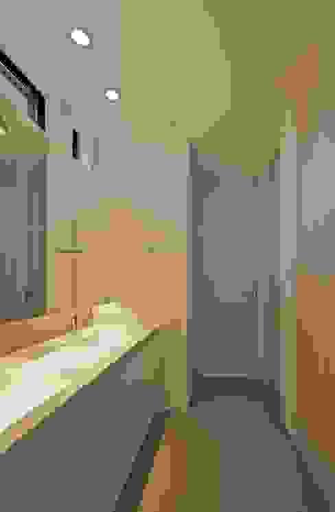 活動を育む器としての建築/木造トラス梁による大空間リビングルームのある3世帯住宅 JWA,Jun Watanabe & Associates モダンスタイルの お風呂 石 灰色