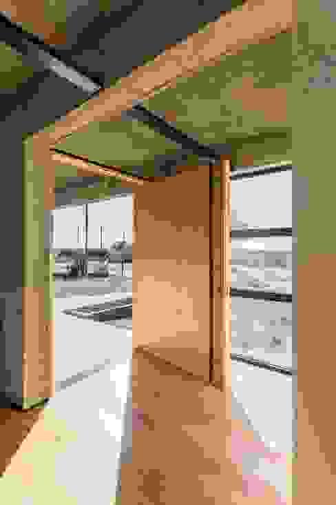 Casa Corzuelas: Puertas de entrada de estilo  por TECTUM,Minimalista Madera Acabado en madera