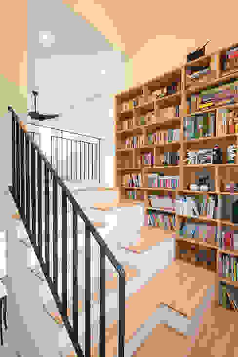 책장과 계단: 위드하임의  서재 & 사무실