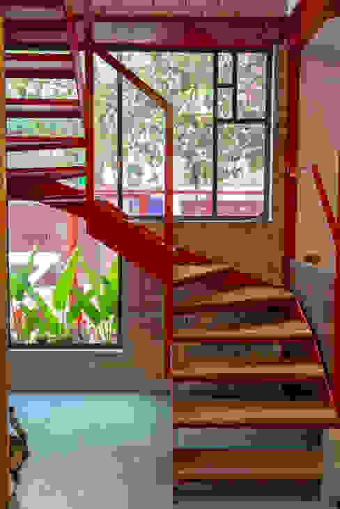 Escada de aço e madeira C2HA Arquitetos Escadas Ferro/Aço