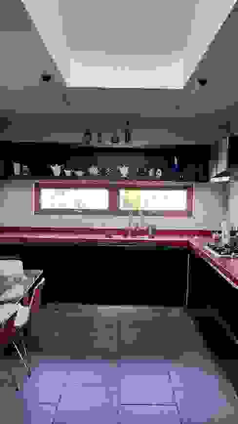 cocina roja: Cocinas equipadas de estilo  por SIMPLEMENTE AMBIENTE mobiliarios hogar y oficinas santiago , Moderno