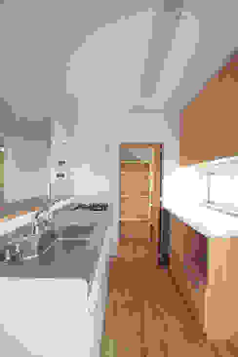 食品庫を併設したⅡ型キッチン 中川龍吾建築設計事務所 システムキッチン 木 木目調