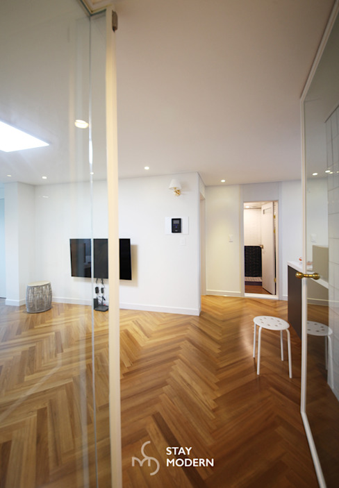 Modern Corridor, Hallway and Staircase by 스테이 모던 (Stay Modern) Modern
