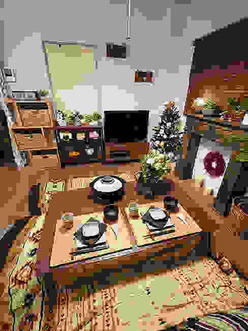 With fireplace and kotatsu - 暖炉とコタツのあるリビングルーム 株式会社アートアーク一級建築士事務所 オリジナルデザインの リビング 木 木目調
