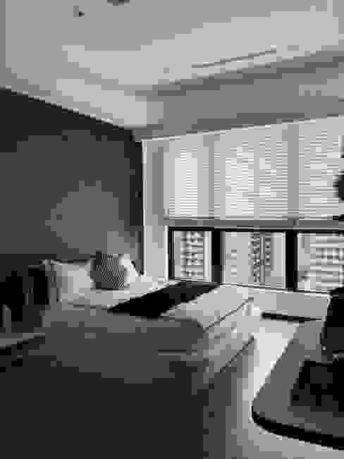 深藍色床頭牆漆呼應了住宅整體空間的時尚感 Modern style bedroom by On Designlab.ltd Modern