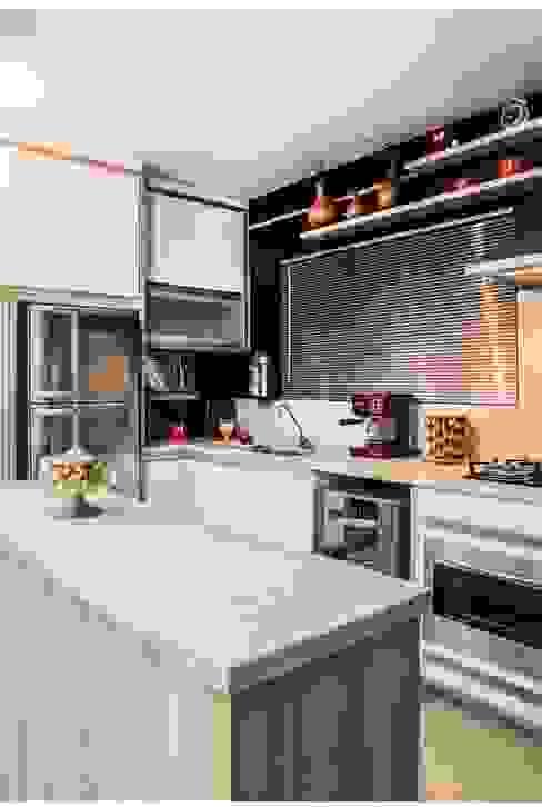 Pequena mas funcional: Cozinhas pequenas  por Revisite,Moderno