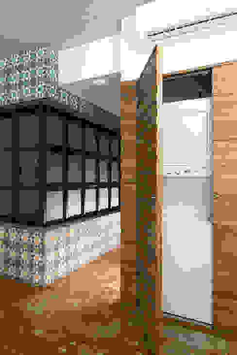 Phòng thay đồ phong cách tối giản bởi Daniel Cota Arquitectura | Despacho de arquitectos | Cancún Tối giản Gỗ Wood effect