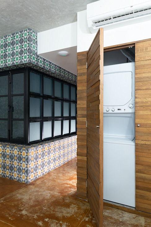 Minimalist dressing room by Daniel Cota Arquitectura | Despacho de arquitectos | Cancún Minimalist Wood Wood effect