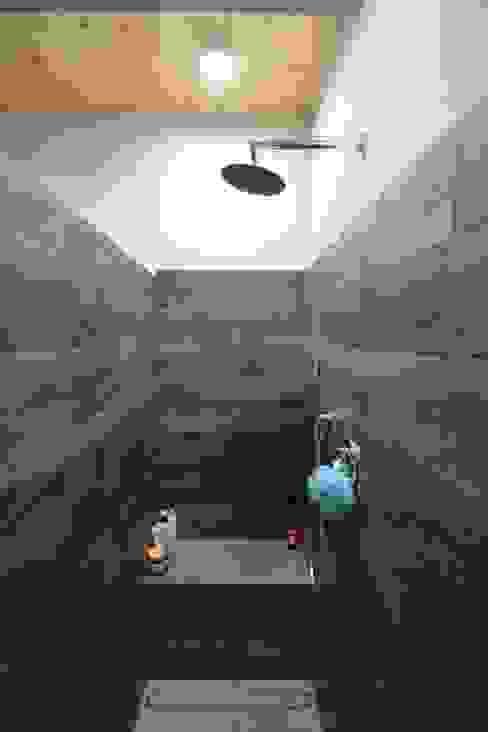 Cascinale novarese ristrutturato completamente Bagno moderno di Arch. Francesco Antoniazza - Il bello della casa ..................... di una volta Moderno