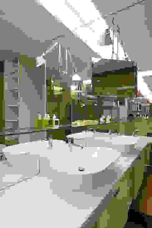 毛宅 Mao Residence:  浴室 by  何侯設計   Ho + Hou Studio Architects , 現代風