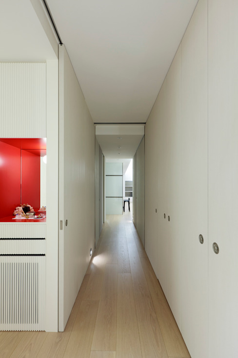 毛宅 Mao Residence:  走廊 & 玄關 by  何侯設計   Ho + Hou Studio Architects , 現代風