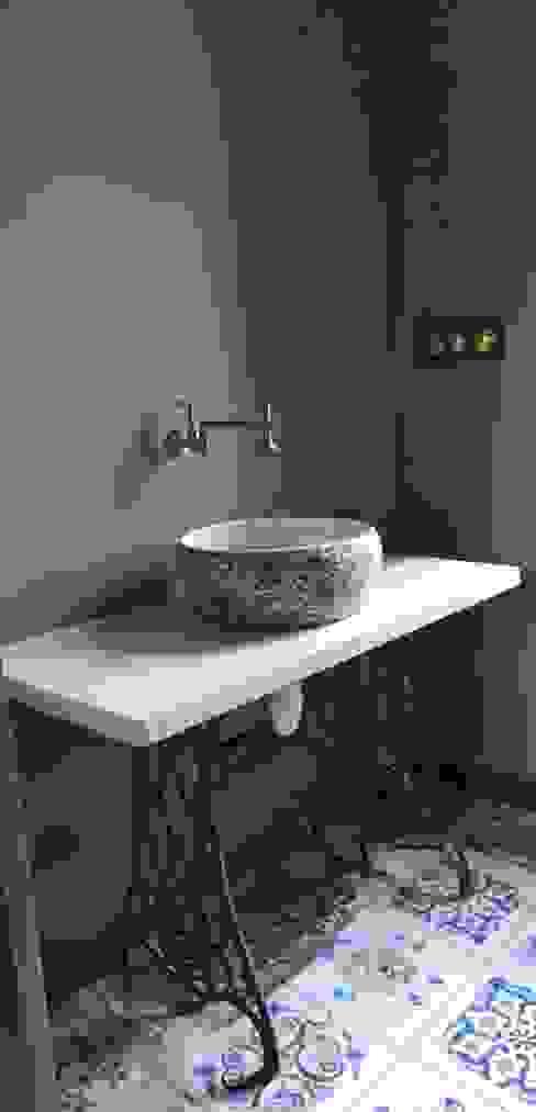 Rima and Devaiah's Residence :  Bathroom by Sandarbh Design Studio,