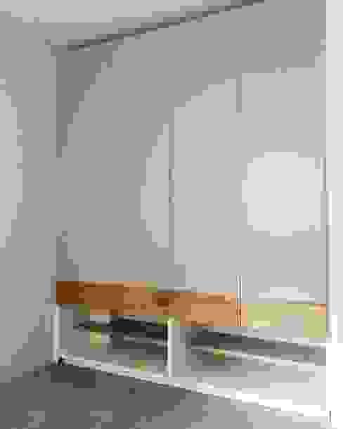 Closet Principal: Vestidores y closets de estilo  por MMAD studio - arquitectura interiorismo & mobiliario -,