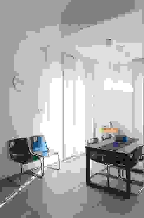Tende a pannello e tavolo da pranzo marcellorissoarchitetto Cucina moderna Legno Blu