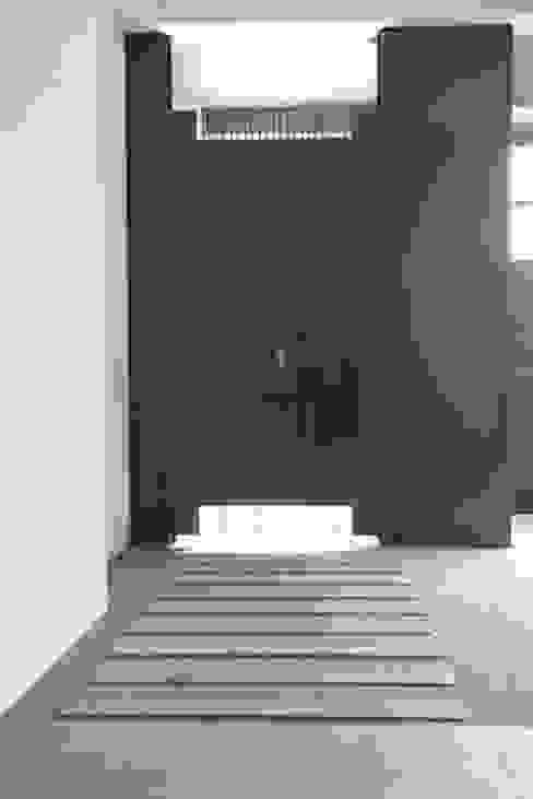 ห้องโถงทางเดินและบันไดสมัยใหม่ โดย 勻境設計 Unispace Designs โมเดิร์น