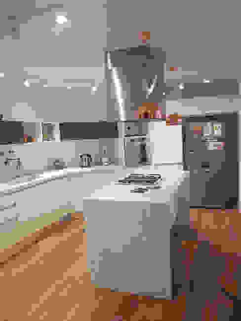 Remodelación de Cocina en Salta por A3 Arquitectas: Cocinas a medida  de estilo  por Sofía Lopez Arquitecta,Moderno