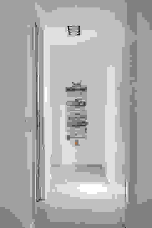 Remodelação total apartamento na Costa da Guia, Cascais Corredores, halls e escadas modernos por ARQ1to1 - Arquitectura, Interiores e Decoração Moderno