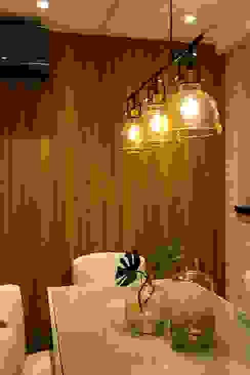 Área de jantar com painel amadeirado e tijolinhos brancos:   por ZOMA Arquitetura,Moderno
