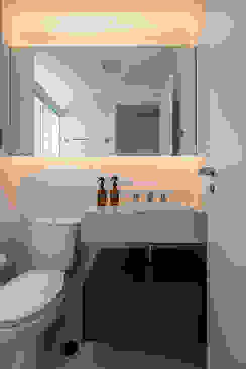 Banheiro Mirá Arquitetura Banheiros modernos MDF Branco