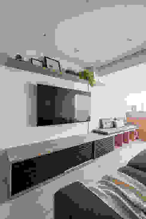 Sala e Varanda Mirá Arquitetura Salas de estar modernas MDF Branco