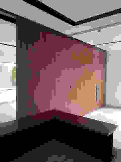 MDF ENCHAPADO EN MADERA NATURAL: Estudios y oficinas de estilo  por La ChaPa,