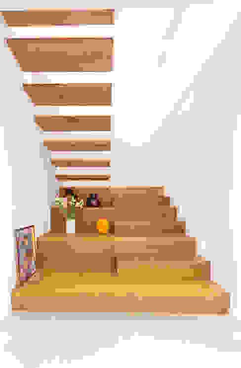 2-läufige Podesttreppe aus Eiche mit brüstungshohen, weiss lackierten Wangen und verbreiteten Stufen im ersten Treppenlauf. Holzmanufaktur Ballert e.K. Treppe Holz