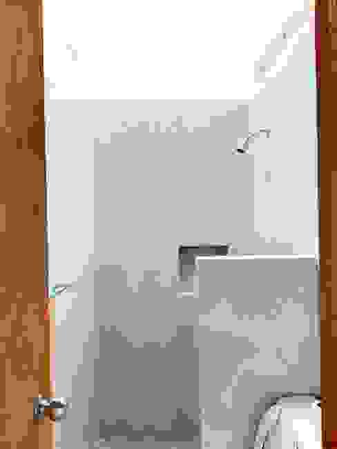 ILUMINACIÓN NATURAL: Baños de estilo  por Prototype studio