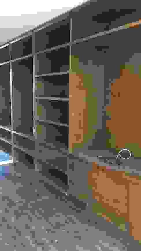 Restauración de muebles de madera natural Estudios y despachos clásicos de doblev.arq Clásico