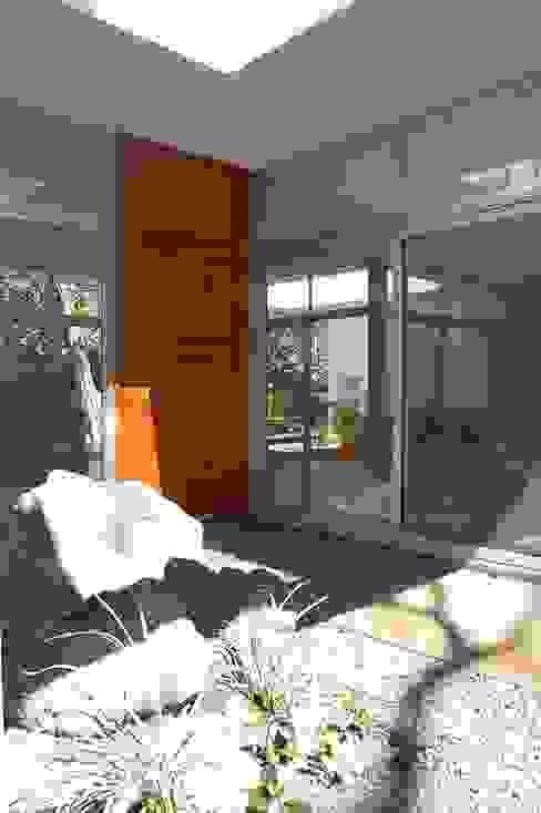 Modern style doors by SMF Arquitectos / Juan Martín Flores, Enrique Speroni, Gabriel Martinez Modern