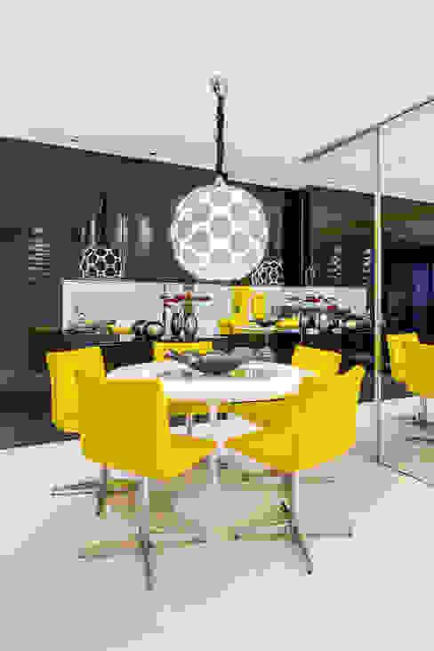 Sala de jantar/ Lustre/ Cadeiras/ Mesa redonda/ Espelho/ Aparador/ Nicho Arquitetura Sônia Beltrão & associados Salas de jantar modernas Amarelo