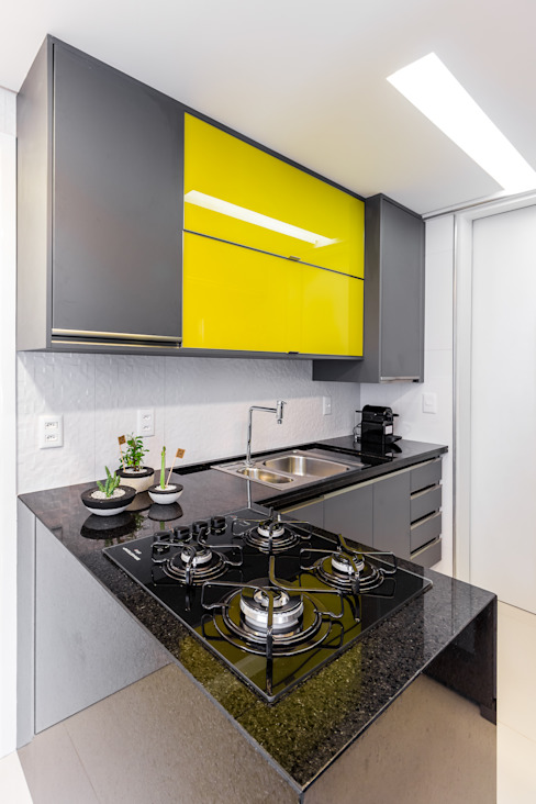 Modern kitchen by Arquitetura Sônia Beltrão & associados Modern