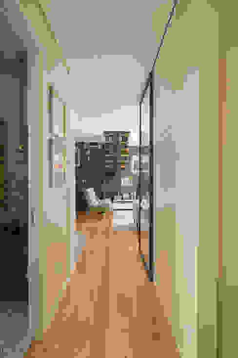 Ingresso, Corridoio & Scale in stile moderno di ShiStudio Interior Design Moderno