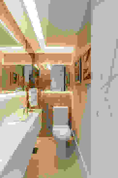 Lavabo/ Sanca/ Espelho/ Iluminação indireta Banheiros modernos por Arquitetura Sônia Beltrão & associados Moderno Mármore