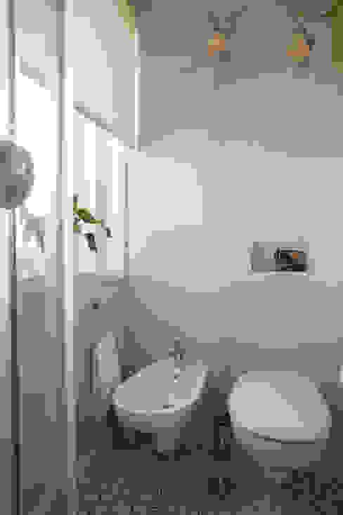 Bathroom by SHI Studio, Sheila Moura Azevedo Interior Design
