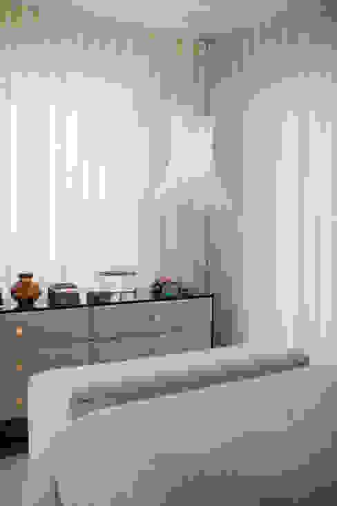 Small bedroom by SHI Studio, Sheila Moura Azevedo Interior Design