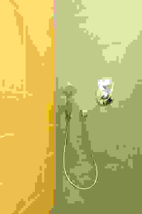 Bagno piccolo Bagno moderno di Daniele Arcomano Moderno Ceramica