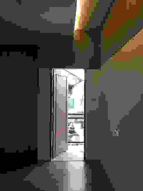 Pintu ke Balkon lantai 2 indra firmansyah architects Koridor & Tangga Minimalis