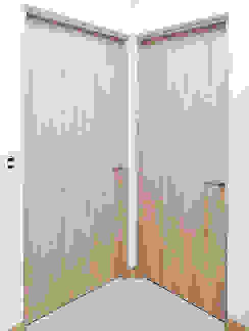 Puertas de Intercomunicación Idee diseño & mobiliario Puertas de madera Derivados de madera Acabado en madera