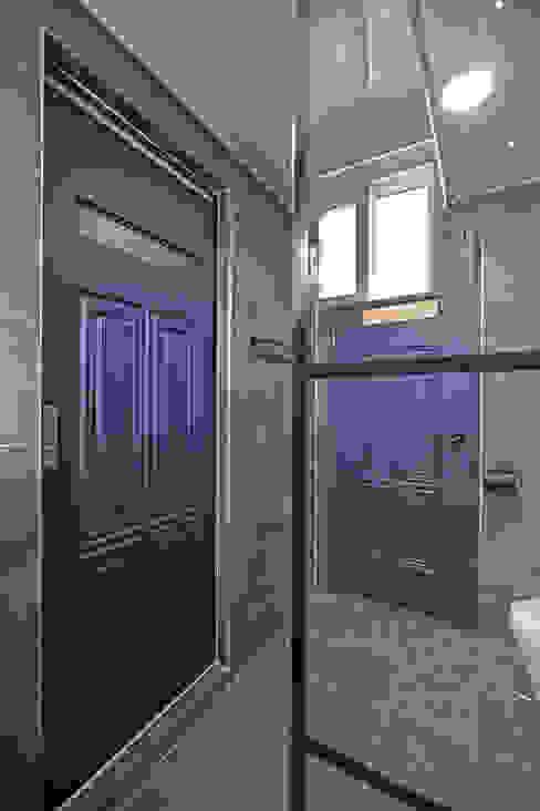1층  공용욕실: 하우스톡의  욕실