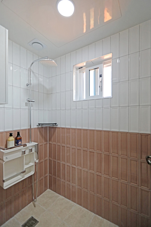2층 공용욕실 - 샤워실: 하우스톡의  욕실