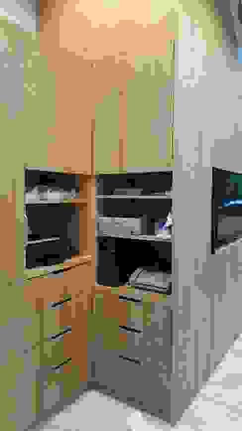 老舊辦公室變身極簡現代風 XY DESIGN - XY 設計 玄關、走廊與階梯櫥櫃與書櫃 Wood effect