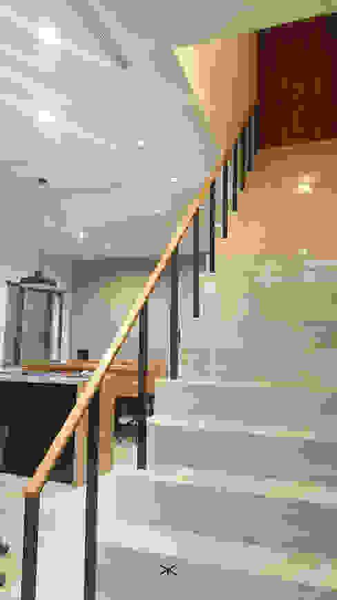 老舊辦公室變身極簡現代風 XY DESIGN - XY 設計 玄關、走廊與階梯階梯