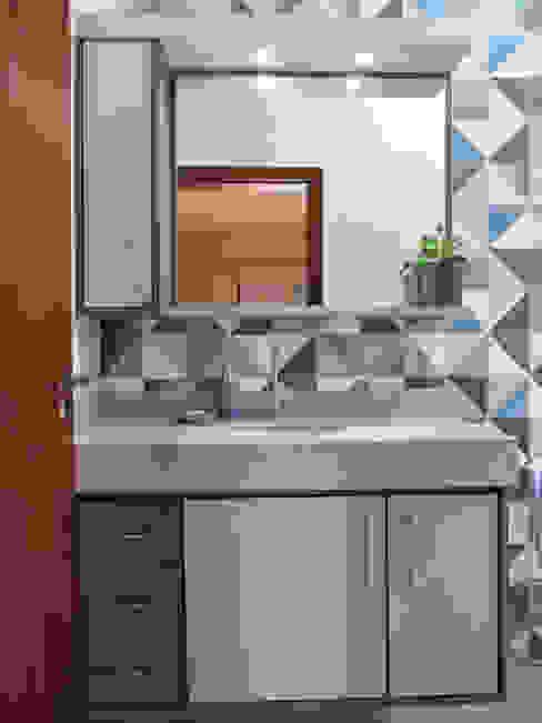 BANHEIROS RESIDENCIAIS LUIZA BUENO    Arquitetura e Paisagismo Banheiros ecléticos Azulejo Azul
