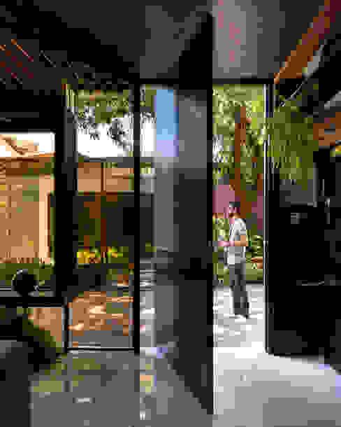 Sala da Imagem e do Som | Casa Cor PE 2018 | Detalhe acesso Interior/Exterior por Arquitetura Sônia Beltrão & associados Moderno Alumínio/Zinco