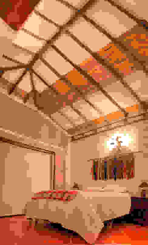 Acabado de techos en madera y cana brava: Techos a cuatro aguas de estilo  por cesar sierra daza Arquitecto, Rústico Madera Acabado en madera