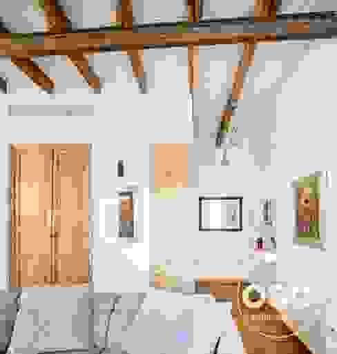 Zona de estar osb arquitectos Pasillos, vestíbulos y escaleras de estilo industrial Madera Blanco
