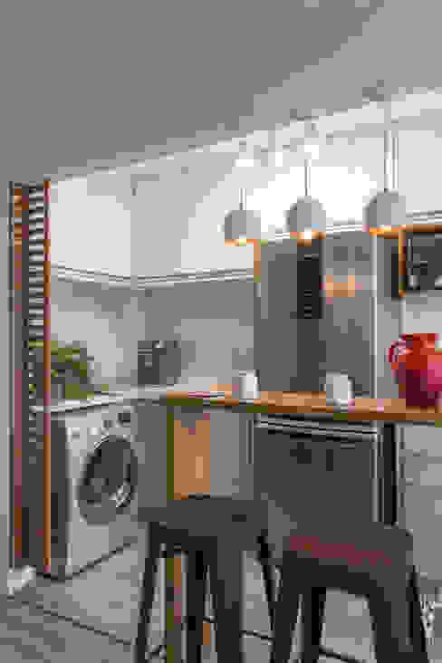 Cozinha e Lavanderia integradas com espaços devidamente segregados e harmonicos: Cozinhas pequenas  por Studio Elã
