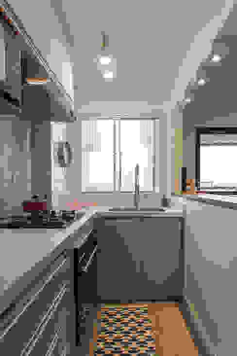Cozinha planejada pequena, porém ampla e funcional. : Armários e bancadas de cozinha  por Studio Elã