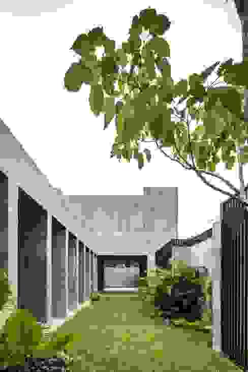 前院 by Apaloosa Estudio de Arquitectura y Diseño